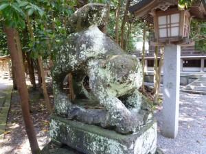 拝殿前の狛犬。顔が・・
