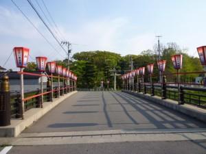 宮腰橋から神社をみると