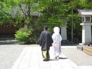 参道を歩く二人
