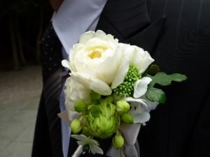 胸元に光る一輪の花